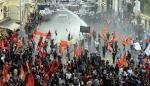 В Стамбуле сторонников курдов разгоняют водомётами игазом