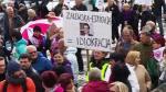 Польские учителя проводят пикет у здания Сейма вВаршаве
