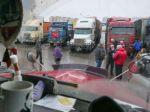 Во Владивостоке на собрании перевозчиков задержали 12человек