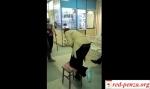 В поликлинике Новосибирска загипсованная женщина передвигалась натабуретке