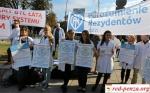 Польские врачи проводят акцию протеста у зданияпарламента
